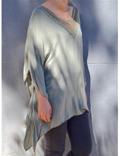 Tunique fluide femme kaki asymétrique et ample manches chauve-souris col V dentelle macramé et sequins paillettes