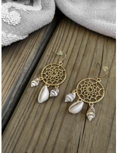 Boucles d'oreilles attrape rêves doré avec coquillages