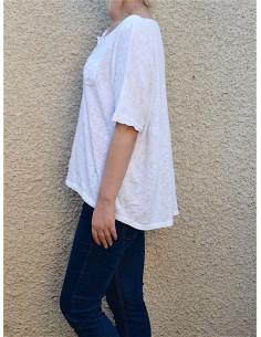 T shirt femme coton blanc. T shirt épais en maille de coton avec pois ton sur ton, poche poitrine col v avec boutons.