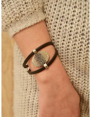 Bracelet en cuir pour femme marron avec plaque ovale martelé médaillon en acier argent fermoir boucle