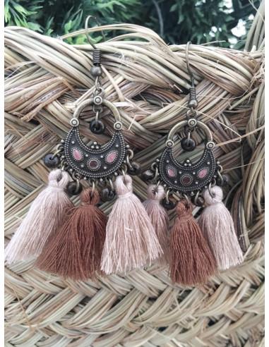 boucles d'oreille avec pompons marron et beige bohème gipsy fantaisie femme bronze pendante